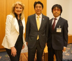 Arianna Huffington and Japanese Prime Minster Shinzō Abe. From the Huffington Post.